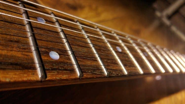 Gitarre pflegen - Das Griffbrett sauber bekommen