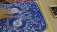 Dieses Albumcover ist ein drahtloser DJ Controller!