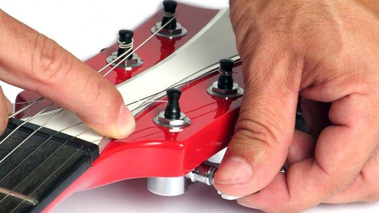 Gitarrensaiten wechseln: So geht's! - Aufziehen