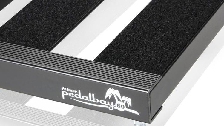 Pedalboard selber bauen: DIY - Die Pedalbay kommt bereits mit aufgeklebtem Flausch