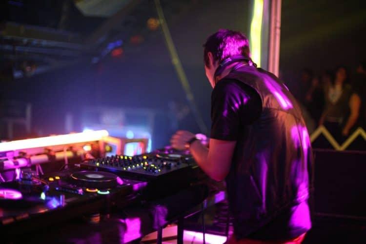 DJ oder Band für die Party buchen?