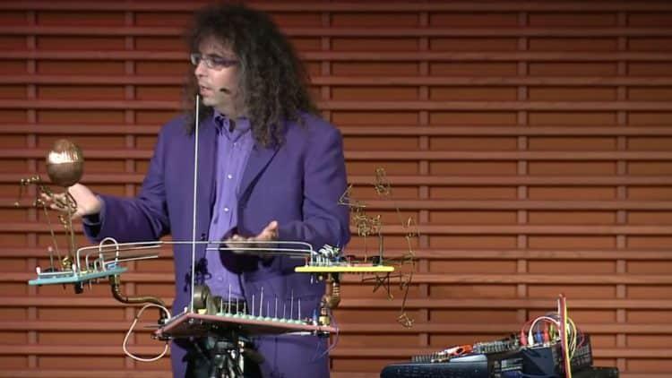 Mark Applebaum vor seiner ungewöhnlichen Instrumentenkonstruktion.