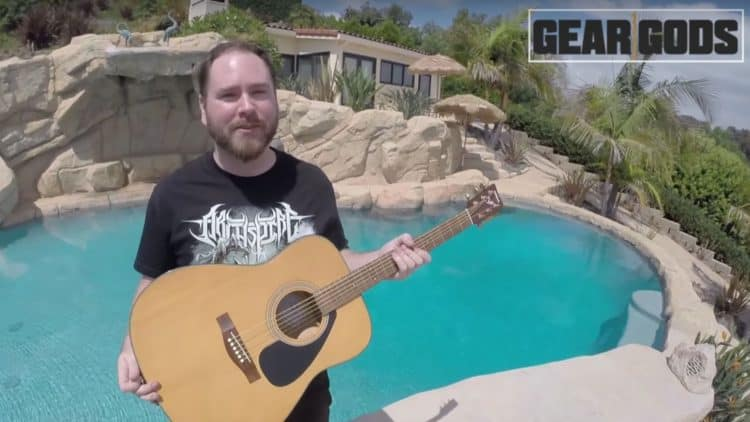 Trey Xavier und seine Unterwassergitarre vor malerischem Hintergrund.