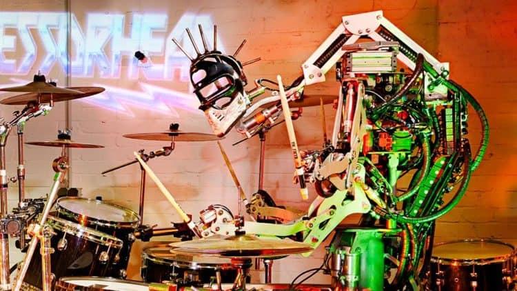 Bandmitglied Stickboy an seinem Drum-Set.