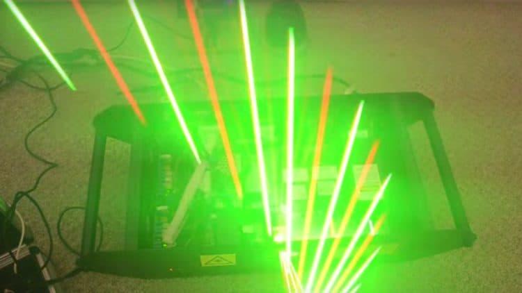 An der Laserharfe zupft man Strahlen statt Saiten.