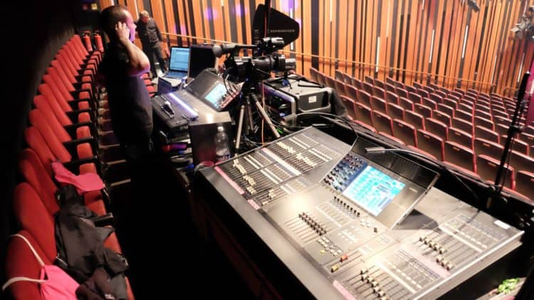 Eine Band live mischen (und womöglich aufnehmen) muss der FOH-Techniker mittig vor der Bühne