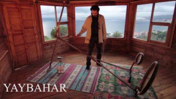 Görkem Şen spielt sein beeindruckendes Instrument Yaybahar.