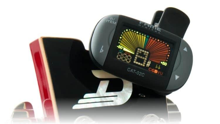 Der Fame CAT-02C Clip-on Tuner Chromatic an der Kopfplatte einer Gitarre