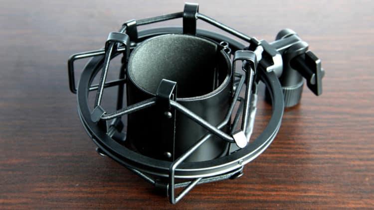 Tascam TM-180 Testbericht - Die elastische Halterung (»Mikrofonspinne«) gegen Körperschall