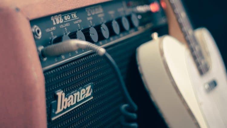 Mikrofonierung von Instrumenten wie der E-Gitarre via Amp? So geht's!