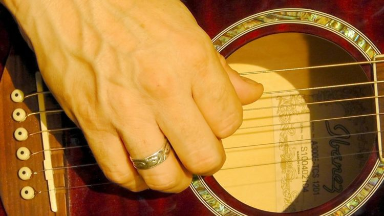 Einfache Gitarren-Songs fürs Fingerpicking finden.