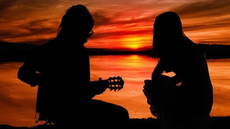 Leichte Gitarrensongs eignen sich super für Lagerfeuerromantik und Sonnenuntergänge.
