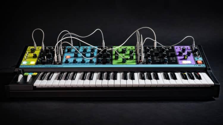 Der Moog Matriarch ist ein semi-modularer Analog-Synthesizer mit auffallender Optik.