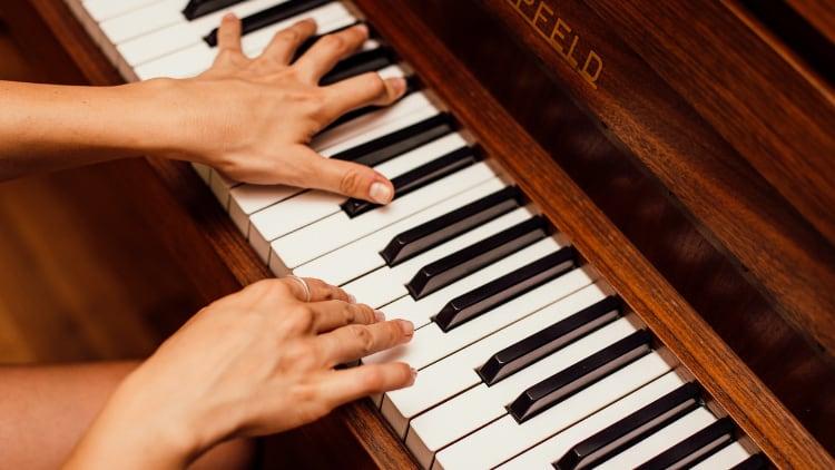 Guter Klavierunterricht Hände